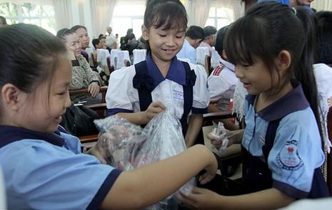 Báo Pháp Luật TP.HCM trao 200 phần quà cho người nghèo Nhà Bè - ảnh 11