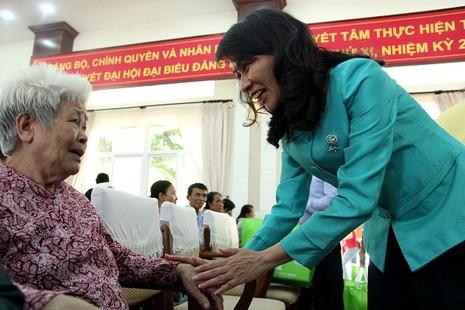Báo Pháp Luật TP.HCM trao 200 phần quà cho người nghèo Nhà Bè - ảnh 9