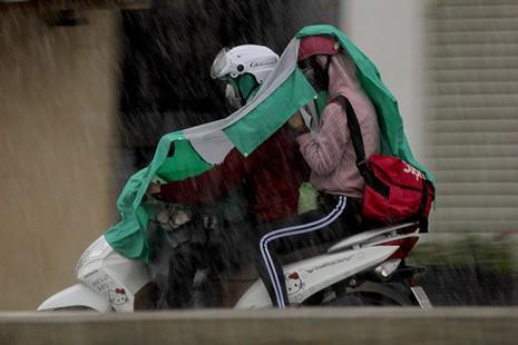 Cơn mưa 'vàng' thứ hai giải nhiệt cho Sài Gòn - ảnh 3