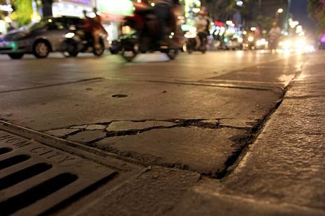 Lồi lõm, bong tróc đá trên phố đi bộ Nguyễn Huệ  - ảnh 6