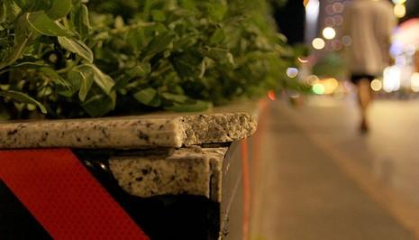 Lồi lõm, bong tróc đá trên phố đi bộ Nguyễn Huệ  - ảnh 8