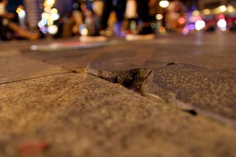Lồi lõm, bong tróc đá trên phố đi bộ Nguyễn Huệ  - ảnh 3