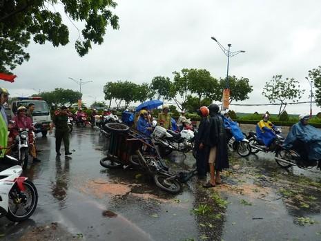 Chiếc xe ba gác bị cây đổ đè hư hại