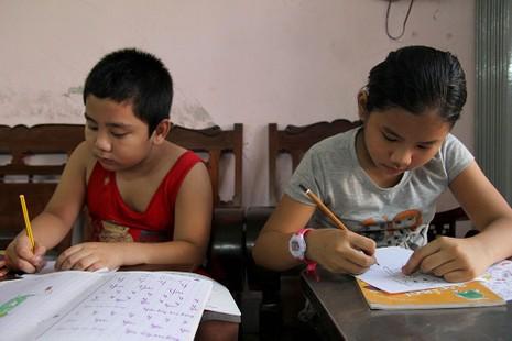 Vợ chồng giáo viên hơn 20 năm dạy miễn phí cho học sinh nghèo - ảnh 3