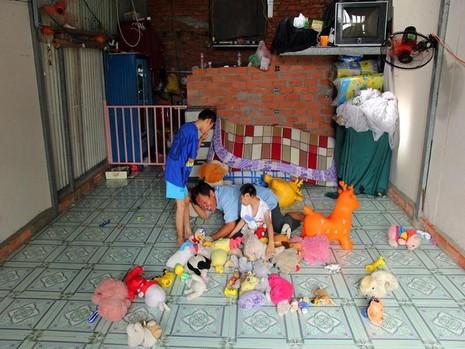Hai đứa con thích chơi gấu bông, nên anh Nghị để dành tiền sắm mới đồ chơi mới cho con, số còn lại được mọi người gửi tặng.