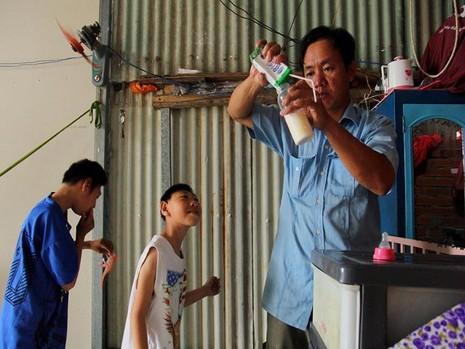 ằng ngày anh Nghị ở nhà chăm sóc hai đứa con, 4 giờ chiều ba cha con bắt đầu đi bán kẹo đến 22 giờ đêm mới về