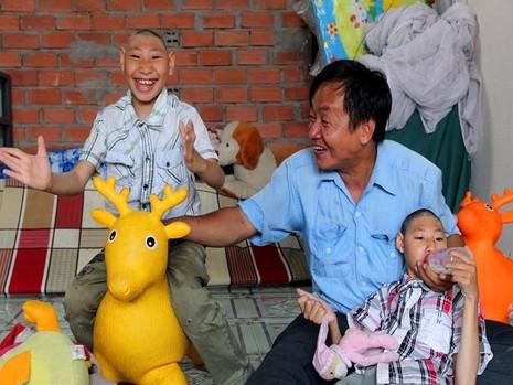 Nhìn hai đứa con vui đùa, chịu ăn chịu uống là niềm hạnh phúc nhất của người cha.