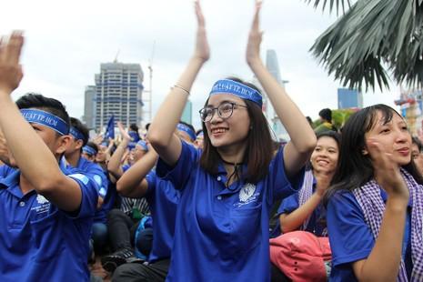 Bà Nguyễn Thị Quyết Tâm động viên chiến sĩ Mùa hè xanh 2016 - ảnh 3