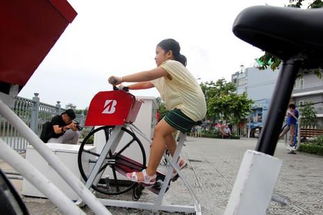 TP.HCM: Già trẻ kéo nhau đi đạp xe lọc nước kênh Nhiêu Lộc - ảnh 11