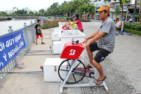 TP.HCM: Già trẻ kéo nhau đi đạp xe lọc nước kênh Nhiêu Lộc - ảnh 1