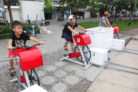 TP.HCM: Già trẻ kéo nhau đi đạp xe lọc nước kênh Nhiêu Lộc - ảnh 2