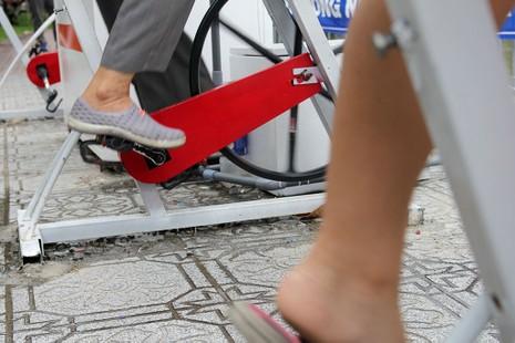 TP.HCM: Già trẻ kéo nhau đi đạp xe lọc nước kênh Nhiêu Lộc - ảnh 8