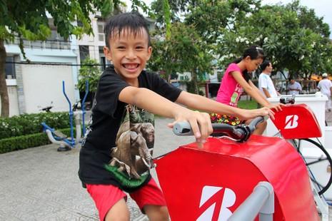TP.HCM: Già trẻ kéo nhau đi đạp xe lọc nước kênh Nhiêu Lộc - ảnh 9