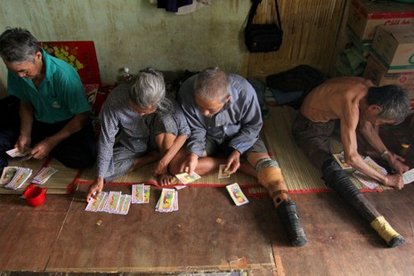 Cuộc sống của 'Đại gia đình' 37 người bán vé số ở Sài Gòn  - ảnh 16