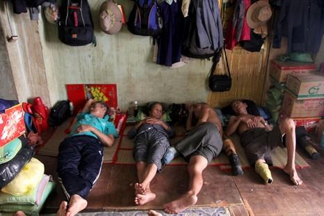 12 giờ trưa, một số người bán vé số về trước tranh thủ ngủ để chiều đi bán tiếp.