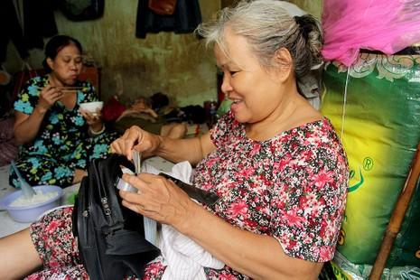 Cuộc sống của 'Đại gia đình' 37 người bán vé số ở Sài Gòn  - ảnh 5