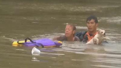 Chàng trai gốc Việt được ca ngợi là người hùng khi liều mình cứu phụ nữ suýt chìm trong lũ