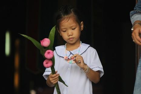 """Già trẻ """"đội nắng"""" lên chùa trong ngày lễ Vu lan - ảnh 15"""