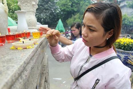 """Già trẻ """"đội nắng"""" lên chùa trong ngày lễ Vu lan - ảnh 5"""