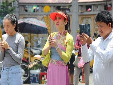 Người dân tranh thủ giờ nghỉ trưa để đến chùa cầu an