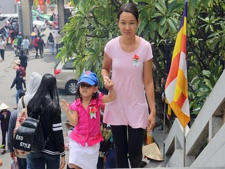 Chị Nguyễn Thị Kim Ngân (quận 1) đi cùng con gái 4 tuổi và hai người mẹ của mình đến chùa thắp hương trong ngày lễ Vu Lan