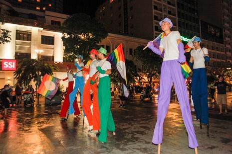 Cộng đồng LGBT TP.HCM đội mưa ăn mừng ngày hội VietPride 2016 - ảnh 10