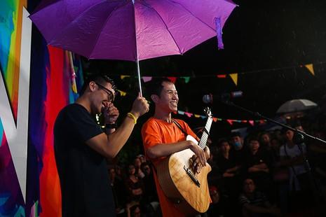 Cộng đồng LGBT TP.HCM đội mưa ăn mừng ngày hội VietPride 2016 - ảnh 7