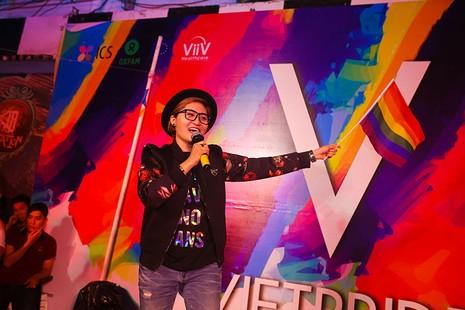 Cộng đồng LGBT TP.HCM đội mưa ăn mừng ngày hội VietPride 2016 - ảnh 8