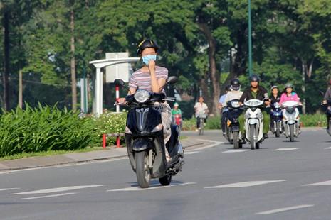 Người dân đi làm buổi sáng trên tuyến đường mới thông xe.