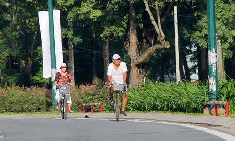 Người dân di chuyển trên tuyến đường mới.