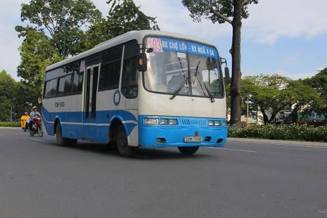 Xe buýt chạy trên tuyến đường Hồng Hà.