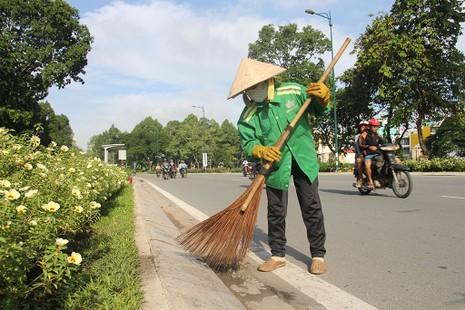 Công nhân làm vệ sinh tuyến đường vừa mới thông xe.