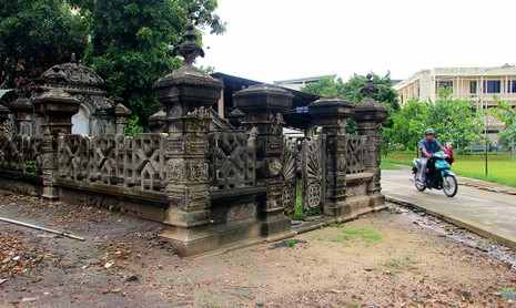 Mộ cổ kiến trúc Pháp trong khuôn viên Học viện Chính trị - Hành chính khu vực II - ảnh 1