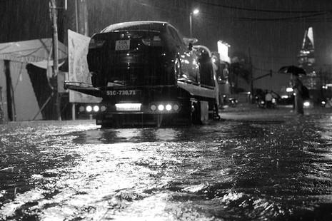 TP.HCM  mưa lớn, lại ngập nặng - ảnh 10