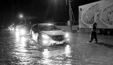 TP.HCM  mưa lớn, lại ngập nặng - ảnh 1