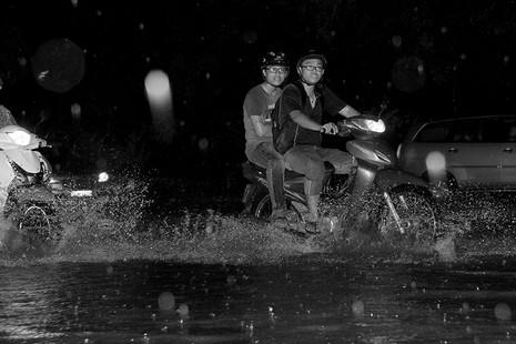 TP.HCM  mưa lớn, lại ngập nặng - ảnh 3