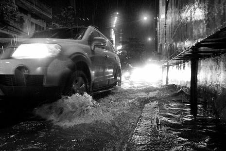 TP.HCM  mưa lớn, lại ngập nặng - ảnh 4
