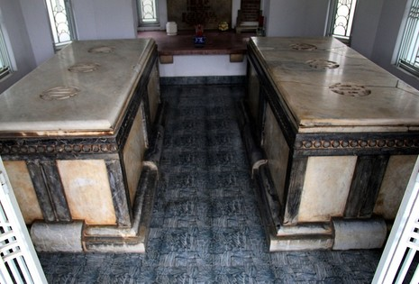 Độc đáo 2 mộ cổ xây bằng đá cẩm thạch nhập từ Pháp - ảnh 6