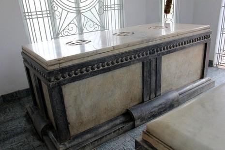 Độc đáo 2 mộ cổ xây bằng đá cẩm thạch nhập từ Pháp - ảnh 7