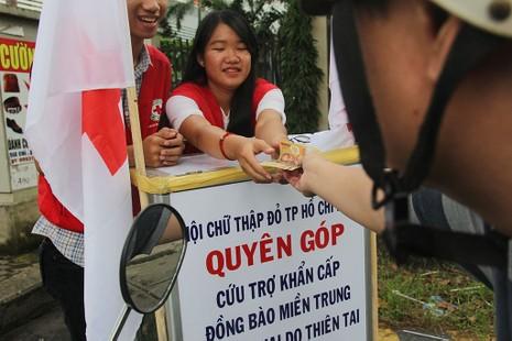 Ấm lòng người Sài Gòn quyên góp ủng hộ miền Trung - ảnh 12