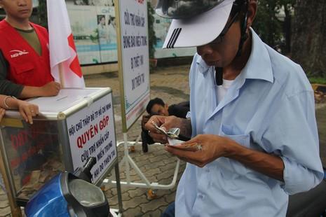 Ấm lòng người Sài Gòn quyên góp ủng hộ miền Trung - ảnh 3