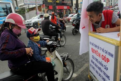 Ấm lòng người Sài Gòn quyên góp ủng hộ miền Trung - ảnh 8