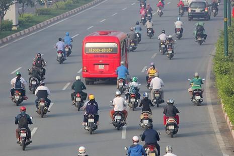Xe máy chạy lấn hết làn ô tô trên đại lộ Phạm Văn Đồng - ảnh 11