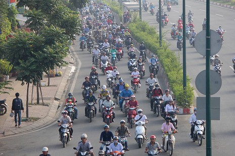 Xe máy chạy lấn hết làn ô tô trên đại lộ Phạm Văn Đồng - ảnh 15