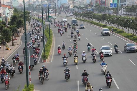 Xe máy chạy lấn hết làn ô tô trên đại lộ Phạm Văn Đồng - ảnh 3