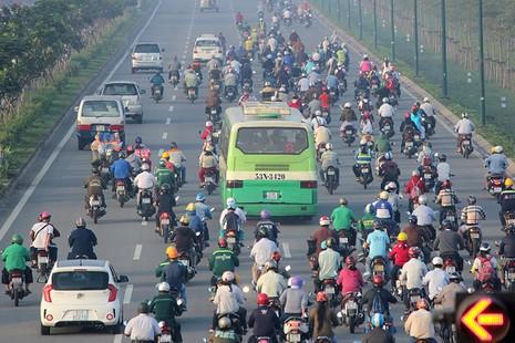 Xe máy chạy lấn hết làn ô tô trên đại lộ Phạm Văn Đồng - ảnh 2