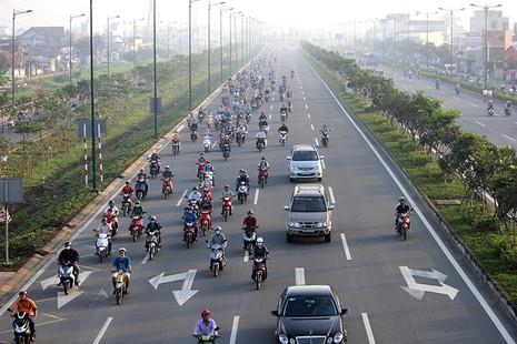 Xe máy chạy lấn hết làn ô tô trên đại lộ Phạm Văn Đồng - ảnh 1