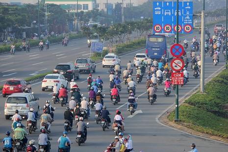 Xe máy chạy lấn hết làn ô tô trên đại lộ Phạm Văn Đồng - ảnh 4