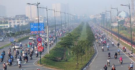 Xe máy chạy lấn hết làn ô tô trên đại lộ Phạm Văn Đồng - ảnh 5