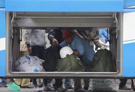Người dân lỉnh kỉnh đồ đạc trở lại TP.HCM - ảnh 11